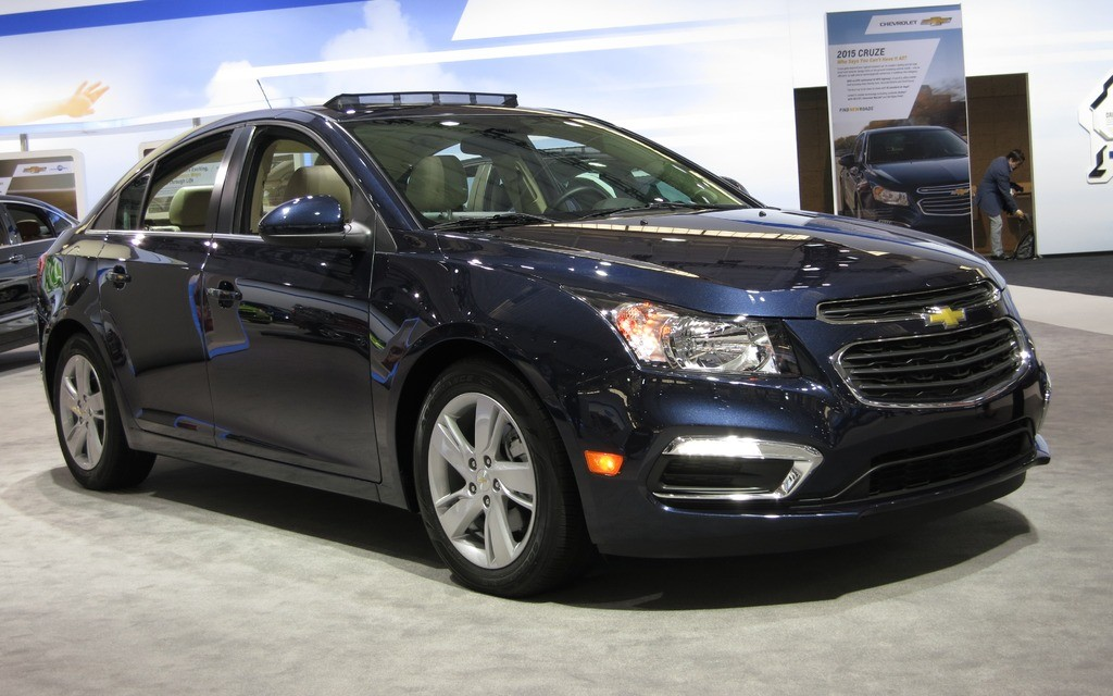 revealed 2015 16 chevrolet cruze interiors pictures india car news