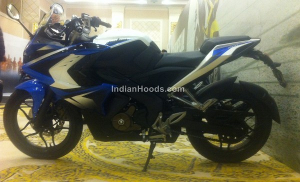 Bajaj Pulsar 200 SS in Blue livery side profile