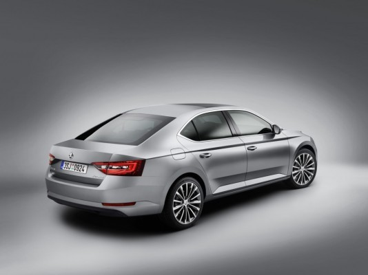 2016 Skoda Superb side profile