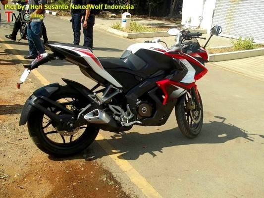 Bajaj Pulsar 200SS exhaust and side profile