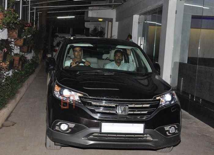 Akshay Kumar Driving his Honda CR-V