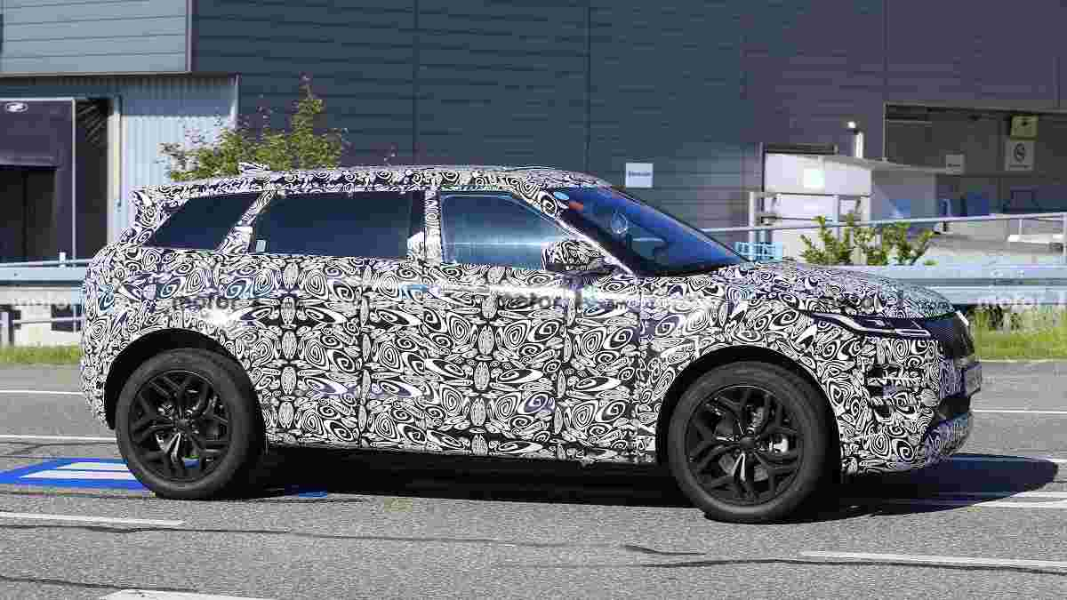 7-Seater Range Rover Evoque Spied side